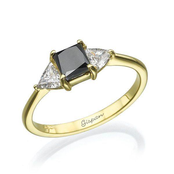 טבעת אירוסין זהב צהוב יהלום שחור ויהלומים לבנים משולשים