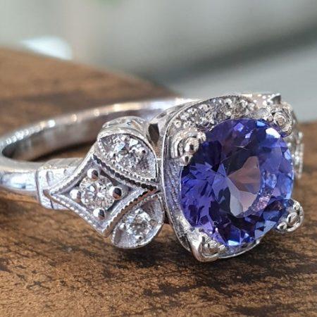 טבעת ליאת טנזנייט כחולה סגולה זהב לבן ויהלומים